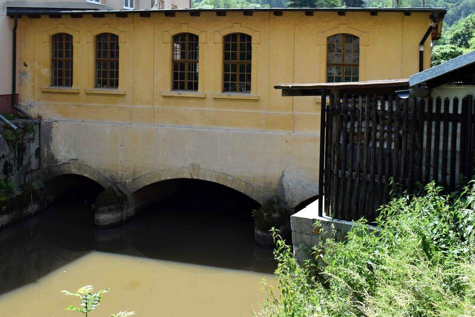 Malá vodní elektrárna na Ohři v Lokti pochází z první čtvrtiny 20. století