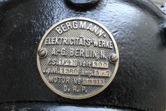 Výrobní štítek dynama Bergmann. Foto: Jiří Chmelenský